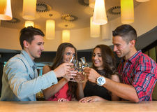 Foto van blije vrienden in de bar die met elkaar communiceren Stock Foto's