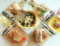 Foto van brunch/-lunch met salade en sandwiches royalty-vrije stock foto's