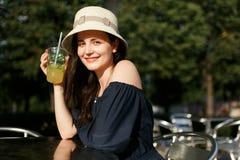 Foto van brunette in hoed met glas Stock Fotografie