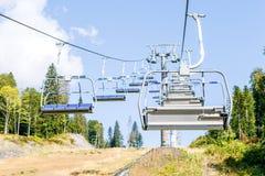 Foto van cabines van kabelbaan op achtergrond van bomen Royalty-vrije Stock Afbeeldingen