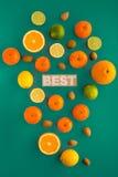 Foto van citrusvruchten en noten in oranje en groen kleurenpalet Royalty-vrije Stock Foto's