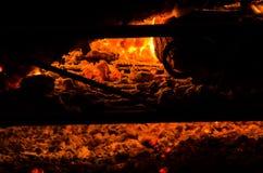 Foto van de brand van een open haard in de winter stock foto's