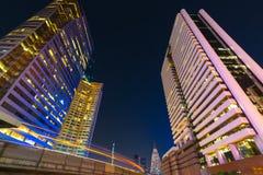 Foto van de commerciële buitenkant van bureaugebouwen Nachtmening bij bot Stock Foto