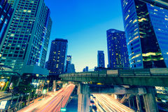 Foto van de commerciële buitenkant van bureaugebouwen Nachtmening bij bot Royalty-vrije Stock Fotografie