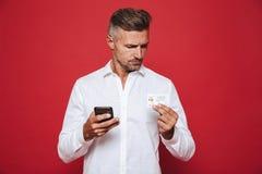 Foto van de Europese mens in de witte creditcard en sma van de overhemdsholding royalty-vrije stock afbeelding