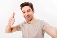 Foto van de knappe mens in toevallige t-shirt en varkenshaar op gezicht smil royalty-vrije stock fotografie
