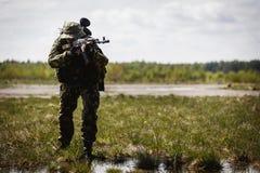 Foto van de mens met kanon stock fotografie