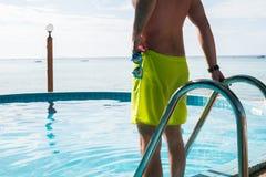 Foto van de mens in pool Stock Foto's