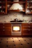 Foto van de stijlkeuken van het land met hete oven stock afbeelding