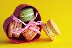 Foto van dessert Macarons op gele backround Doos in hartvorm Voedselfoto Royalty-vrije Stock Fotografie