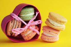 Foto van dessert Macarons op houten backround Voedselfoto Dessert in de doos Stock Foto