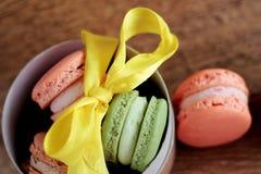 Foto van dessert Macarons op houten backround Voedselfoto Dessert in de doos Royalty-vrije Stock Foto's