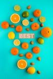Foto van diverse citrusvruchten en noten op duidelijke cyaanachtergrond Royalty-vrije Stock Afbeelding
