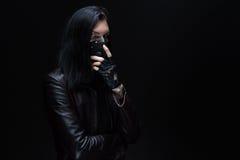 Foto van donkerbruin met lang haar in masker stock afbeelding