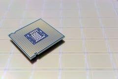Foto van een Chip cpu gezet op siliciumwafeltje met microchip stock afbeeldingen