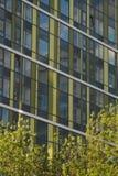 Foto van een fragment van het gebouw Ekaterinburg, Rusland, Khokhryakova-Straat 63, Mei 2019, woon complexe ?Drievuldigheid ? stock foto