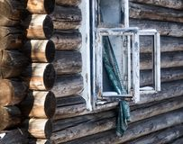 Foto van een gebrand huis in de winter Verkoolde stralen van een blokhuis Gebrand onderaan huis royalty-vrije stock foto's