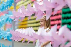 Foto van een gelukkig kind, een klein blondemeisje in aard, op een gang in het park royalty-vrije stock fotografie