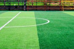 Foto van een groen synthetisch grassportterrein met witte sh lijn stock foto