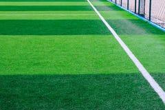 Foto van een groen synthetisch grassportterrein met witte sh lijn stock fotografie