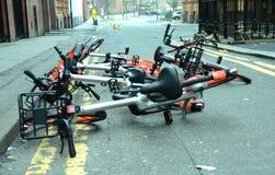 Foto van een inzameling van gedumpte Mobike-cyclus die fietsen in a delen Stock Afbeeldingen