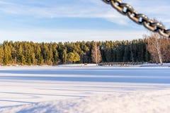 Foto van een Leeg Park op Sunny Winter Day met Blauwe Hemel en Wolken op de Achtergrond royalty-vrije stock fotografie