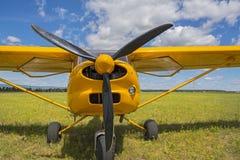 Foto van een licht vliegtuig op grasrijk gebied Dichte omhooggaand van het propellervliegtuig, de bladen van de vliegtuigenclose- Royalty-vrije Stock Afbeeldingen