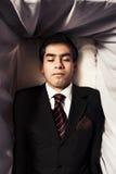 Foto van een mens binnen een doodskist Stock Foto