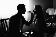 Foto van een mooie bruid en haar make-upkunstenaar stock fotografie
