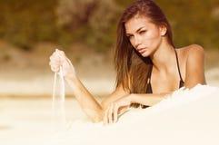Foto van een mooie vrouw op het strand Stock Fotografie