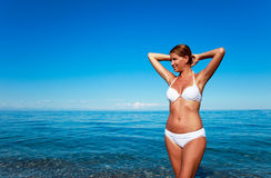 Foto van een mooie vrouw op het strand Stock Afbeeldingen