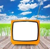 Foto van een oude retro TV in openlucht op houten Royalty-vrije Stock Foto