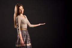 Foto van een vrij sensueel meisje die product tonen Stock Foto's