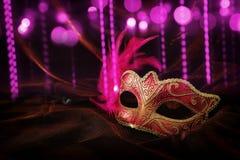 Foto van elegant en gevoelig gouden, rood Venetiaans masker over donker fluweel en zijdeachtergrond royalty-vrije stock afbeelding