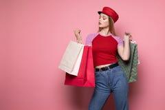 Foto van elegante vrouw in rode hoed en in uitrusting royalty-vrije stock afbeeldingen