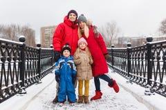 Foto van familie met kinderen in de winter op brug royalty-vrije stock foto