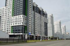 Foto van fragmenten van nieuwe gebouwen op de straat Tatishchev stock fotografie