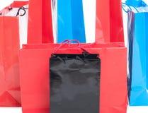 Foto van geassorteerde en kleurrijke document het winkelen zakken stock afbeeldingen