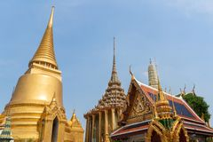 Foto van Gouden pagode en tempel van Wat Phra Keaw, smaragdgroene Boedha, Bangkok stock foto's
