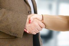 Foto van handdruk van partners na het slaan van overeenkomst Royalty-vrije Stock Fotografie