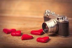 Foto van hart gevormd speelgoed en retro camera op prachtige bro royalty-vrije stock foto