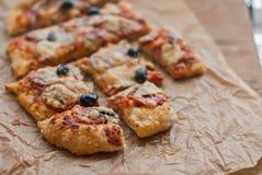 Foto van heerlijke pizza op houten lijst Royalty-vrije Stock Afbeelding
