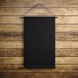 Foto van het lege zwarte uitstekende canvas hangen op de houten achtergrond Verticaal model 3d geef terug Stock Foto's