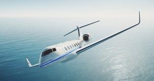 Foto van het witte privé vliegtuig die van het luxe generische ontwerp over het overzees vliegen Lege blauwe hemel bij achtergron Stock Afbeelding