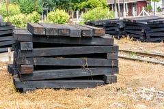 Foto van houten dwarsbalk, stapel omhoog naast spoorweg royalty-vrije stock afbeeldingen