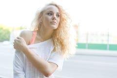 Foto van jong krullend blonde in openlucht Stock Afbeeldingen