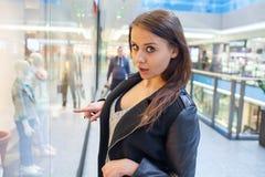Foto van jonge blije vrouw met handtas op de achtergrond van sh Stock Fotografie