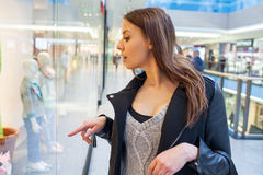 Foto van jonge blije vrouw met handtas op de achtergrond van sh Royalty-vrije Stock Fotografie