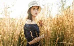 Foto van jonge vrouw bij tarwegebied Royalty-vrije Stock Foto