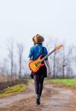 Foto van jonge vrouw met gitaar stock fotografie